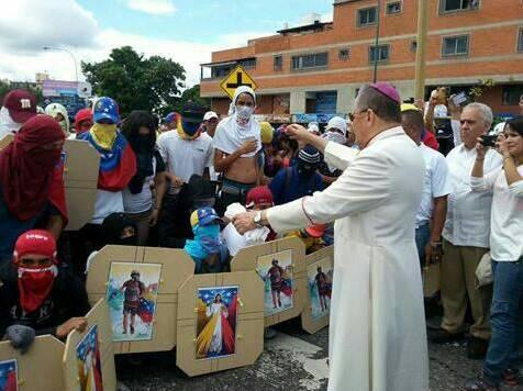 Arzobispo bendice a violentos