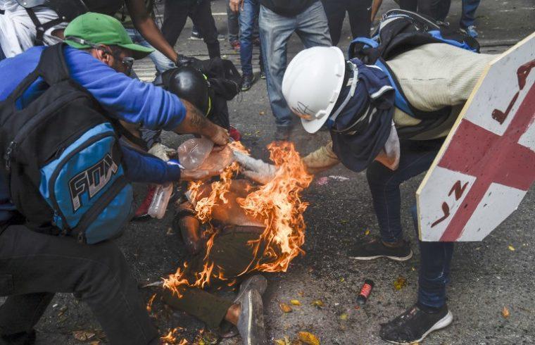 Hombre es quemado por manifestantes violentos