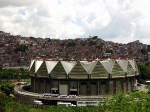 La absurda y colosal gallera de Caracas
