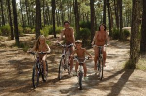 El nudismo familiar naturaliza el cuerpo